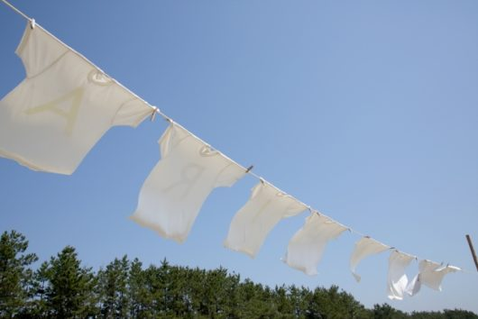 青空の下に干した洗濯物