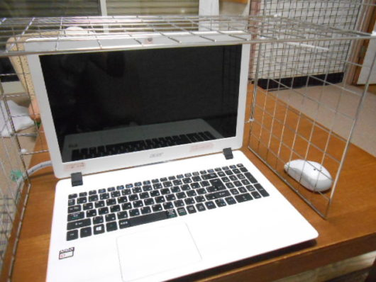 100円メッシュパネル パソコン猫よけ
