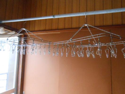 部屋に設置された洗濯物干し
